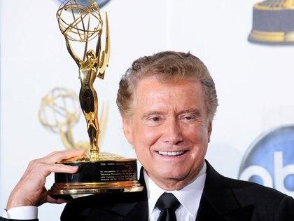 FILE PHOTO: Regis Philbin posando con un premio Emmy en Los Angeles, California, el 20 de junio de 2008.  REUTERS/Phil McCarten/File Photo