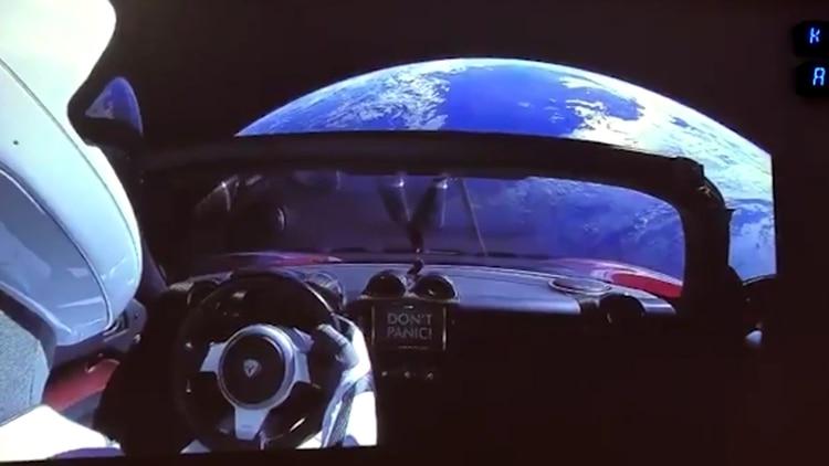 Una vista del manequí Starman a bordo del Tesla rojo que está en el espacio.