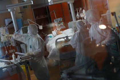 Mientras la pandemia de COVID-19 se despliega por el mundo, en Francia comenzó una polémica sobre la utilidad de la cloroquina para contenerla. (REUTERS/Guglielmo Mangiapane)