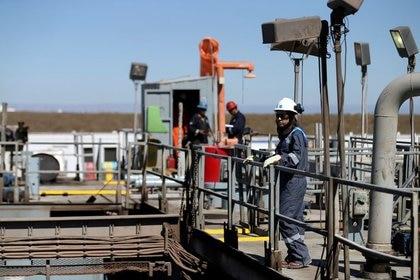 Foto de archivo - Un trabajador mira sobre una plataforma de perforación de petróleo y gas en el área Vaca Muerta, en la provincia patagónica de Neuquén, Argentina. Jan 21, 2019. REUTERS/Agustin Marcarian