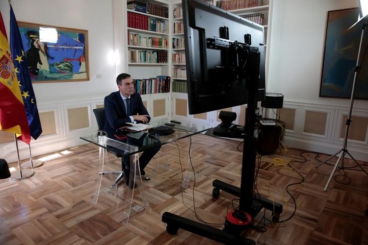 Pedro Sánchez mantiene una videoconferencia con algunos de sus ministros sobre el brote de coronavirus, en el Palacio de la Moncloa en Madrid, España, el 13 de marzo de 2020 (Palacio de la Moncloa/Manifestación a través de REUTERS)