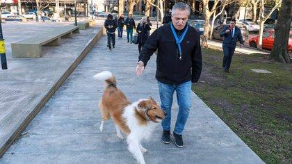 Alberto Fernández salió a pasear a su perro Dylan por Puerto Madero