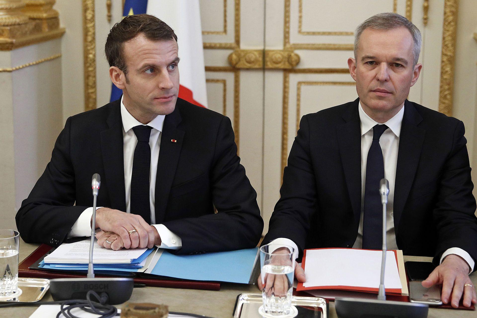 En esta foto de archivo tomada el 10 de diciembre de 2018, el presidente francés Emmanuel Macron (izq.) y el ministro francés de Ecología, Francois de Rugy, se reúnen con representantes de sindicatos, organizaciones patronales y funcionarios locales (Foto de Yoan VALAT / POOL / AFP)