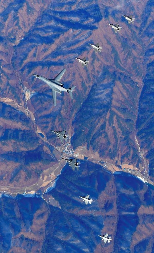 El escuadrón: el bombardero B-1B Lancer se encuentra en el centro. A su derecha lo escoltan cuatro F-35 Lightning II, el caza más moderno y formidable de EEUU. A su izquierda los más antiguos F-15 Eagle y F-16 Falcon (AFP)