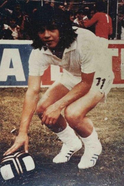 Gómez con los famosos botines blancos que usó entre 1975 y 1976