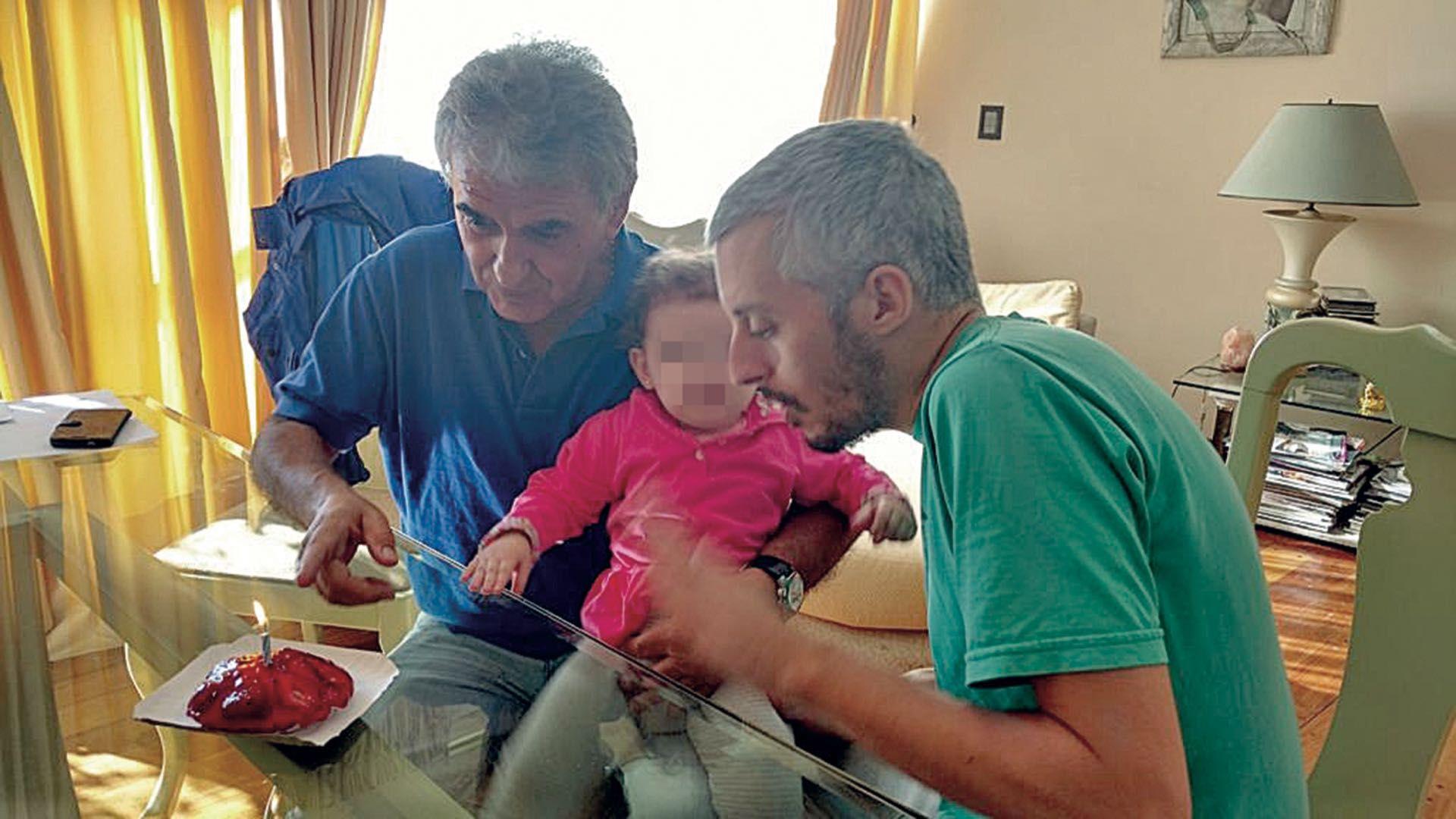 Fernández Montes junto a Corona, en una de las tantas fotos familiares que compartieron