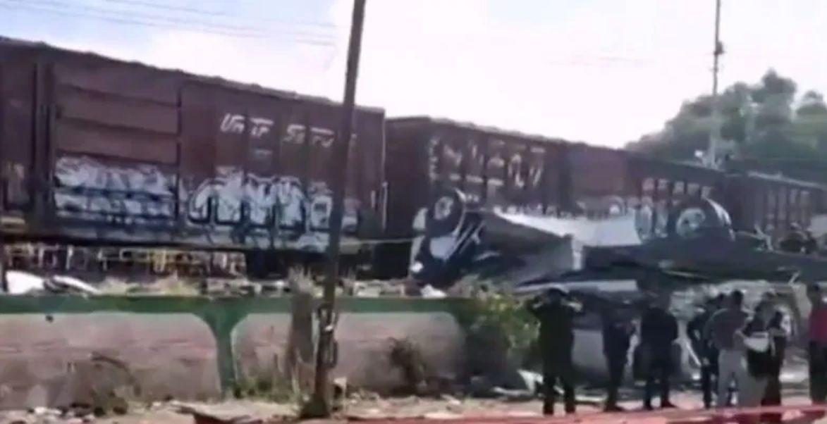 El viernes pasado también ocurrió un accidente cuando un tren impactó a un autobús de pasajeros dejando nueve muertos en San Juan del Río Foto: Especial