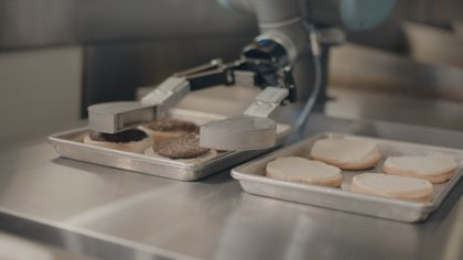El robot Flippy es capaz de cocinar hamburguesas de forma autónoma (Cali Group)