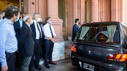 Alberto Fernández y Santiago Cafiero despiden a Diego Maradona (Presidencia)