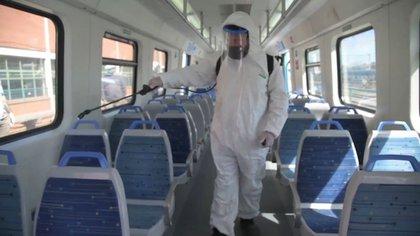 Los viajeros deben reducir el riesgo usando tapaboca y manteniéndose a dos metros de distancia y que los vagones de tren deben estar bien ventilados