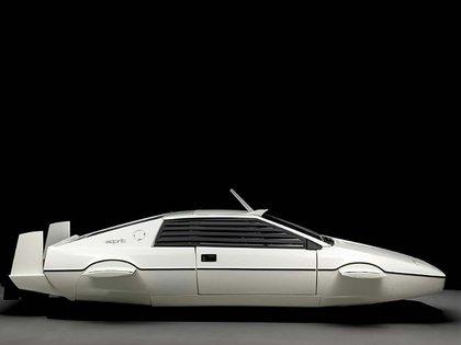 El Lotus Esprit de Bond, de perfil, muestra su similitud con la Cybertruck. (Sotheby's)