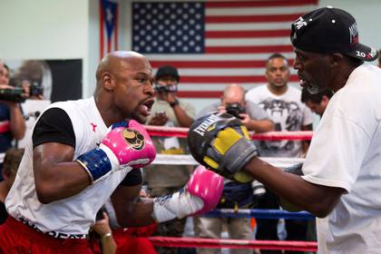 FILE PHOTO: World Boxing Council (WBC) welterweight champion Floyd Mayweather Jr. (L) of the U.S. works on his timing with his uncle and trainer Roger Mayweather at the Mayweather Boxing Club in Las Vegas, Nevada April 22, 2014. REUTERS/Steve Marcus/File Photo