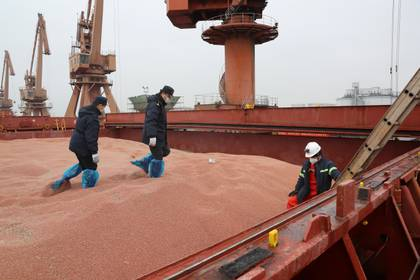 Trabajadores de aduanas en el puerto de Nantong (Reuters)