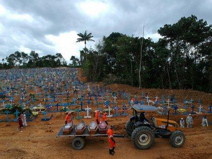 Los sepultureros trabajan durante un entierro masivo de víctimas de COVID-19 en el cementerio de Parque Taruma en Manaos, Brasil, el 26 de mayo de 2020. Foto tomada con un drone (REUTERS/Bruno Kelly)