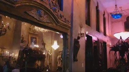 En si interior, el lugar aloja candelabros que a decir de su creador representa la belleza de la mujer (Foto: captura de pantalla)