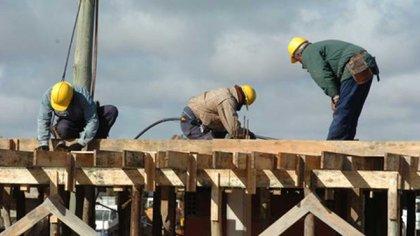 Obreros de la construcción en plena faena