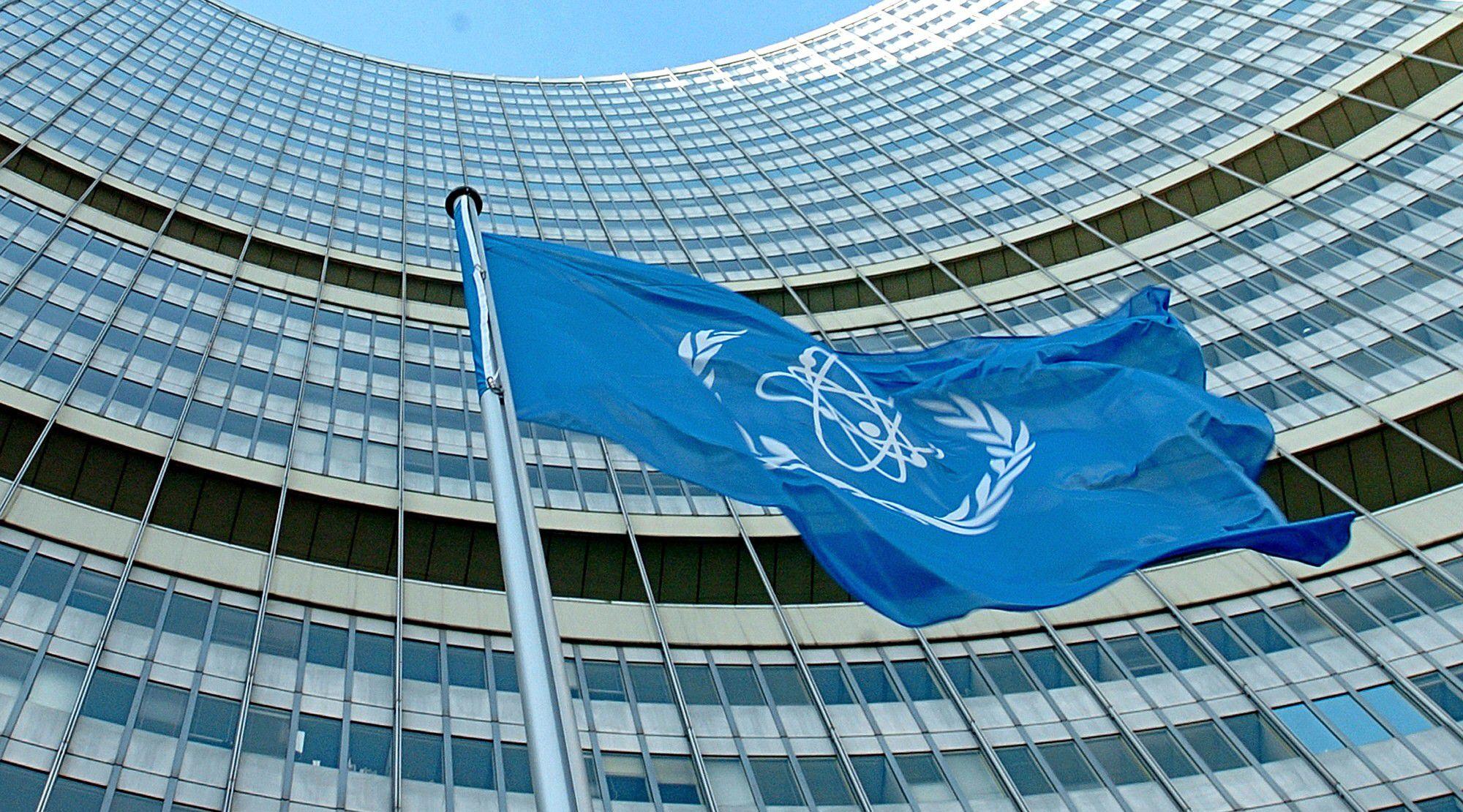 La bandera del OIEA flameando en la sede las Naciones Unidas en Viena (Joe KLAMAR / AFP)