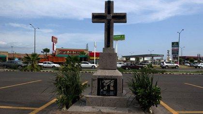El cenotafio en honor a Édgar Guzmán que permanece en el estacionamiento donde fue ejecutado (Foto: AFP)