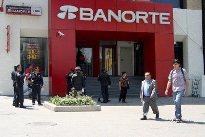 Algunos bancos ofrecerán servicio en centros comerciales. (Foto: Cuartoscuro)