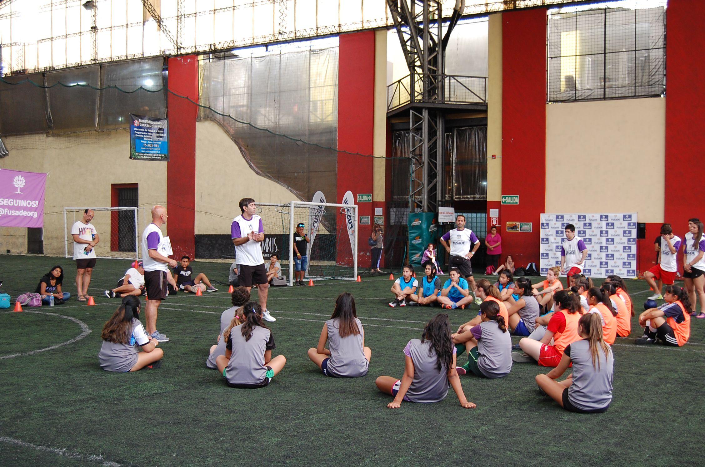 Cómo es la primera academia de fútbol femenino