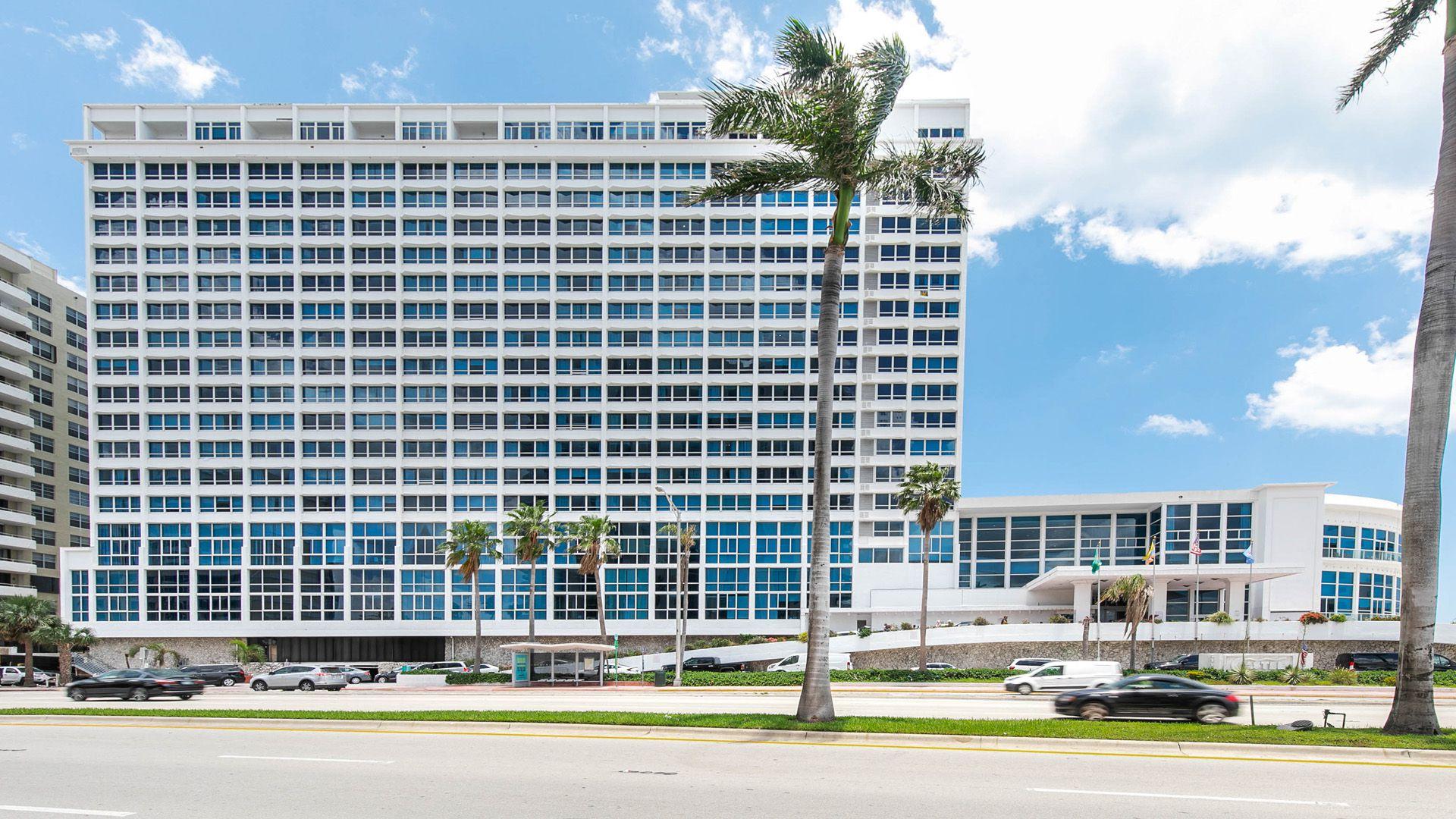 El edificio de Castle Beach Club, alberga en su interior a los equipados apartamentos de New Point Miami