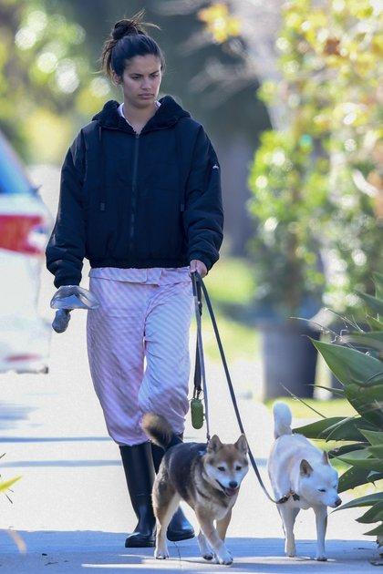 La modelo portuguesa Sara Sampaio sacó a pasear a sus perros y se mostró al natural, sin maquillaje, y con una campera que dejaba entrever su piyama rosa  y blanco