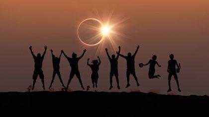 Una persona puede disfrutar de la luz durante un eclipse (shutterstock)