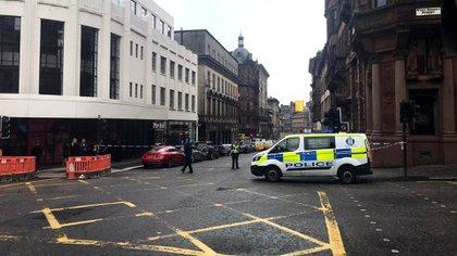 En esta foto proporcionada por Jamie O'Neill, los servicios de emergencia asisten a la escena del incidente en Glasgow (@JATV_Escocia vía AP)