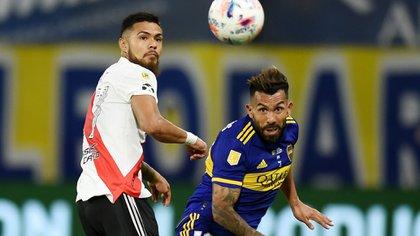Carlos Tevez y Paulo Díaz. Boca y River son candidatos en la Libertadores (REUTERS/Marcelo Endelli).
