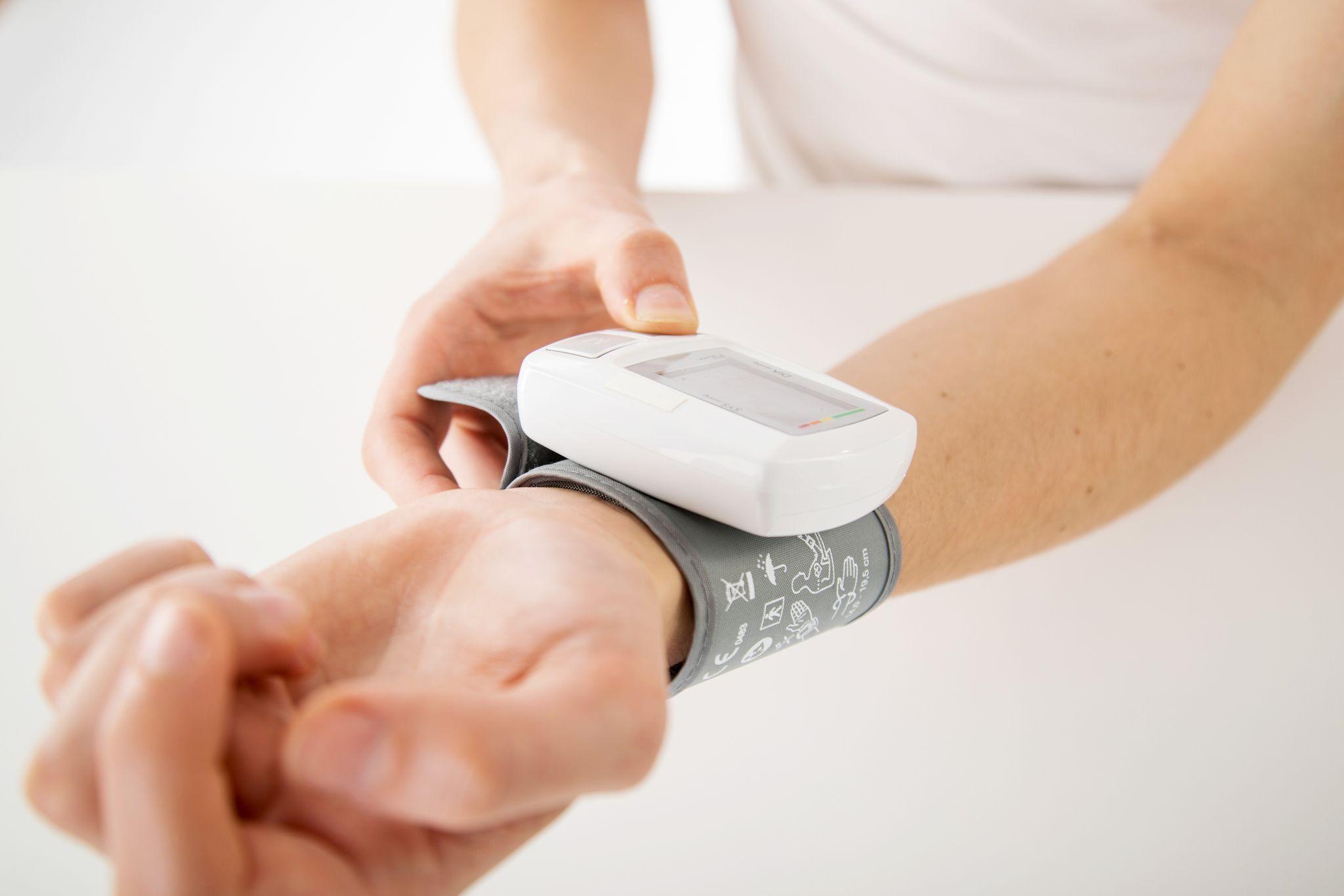 La presión arterial se puede controlar fácimente con tensiómetros de muñeca (Foto: Christin Klose/dpa)