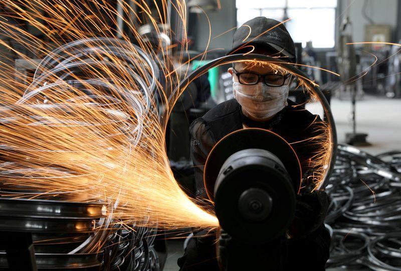 Un trabajador suelda una llanta de acero para bicicletas en una fábrica de equipos deportivos en Hangzhou, Zhejiang, China. 2 de septiembre de 2019. China Daily via REUTERS