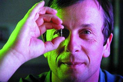 El docente de 62 años lleva media vida dedicado a investigar las posibilidades de los implantes cerebrales