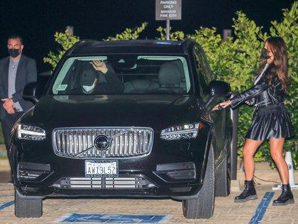 El actor Leonardo DiCaprio y su novia argentina, Camila Morrone -que también es actriz-, intentaron mantener el bajo perfil durante una romántica comida en el exclusivo restaurante Nobu en Malibú, California. Al salir del local, él evitó saludar a la prensa mientras ella subía a su camioneta