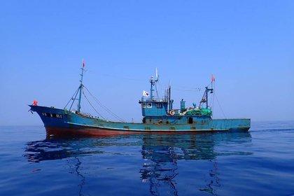 Pesquero de arrastre de origen chino en su camino hacia las aguas de Corea del Norte (Servicio de Gestión de Pesca del Mar del Este, Corea del Sur)