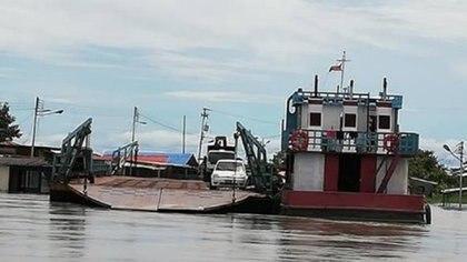 Paso del Burro que comunica la  gabarra (chalana) Puerto Páez Apure con los estados  Bolivar y Amazonas