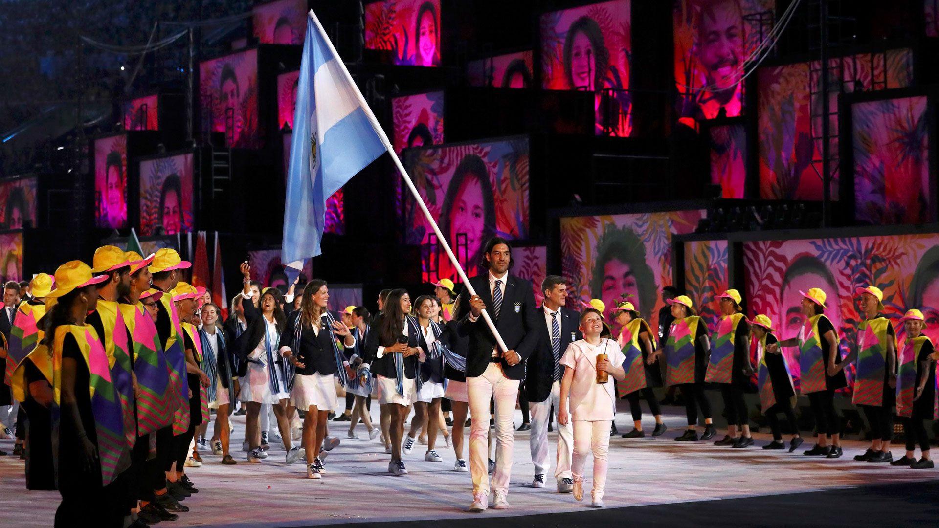 Luis Scola encabezó a la delegación en la ceremonia de apertura de Río 2016 en el Maracaná (Reuters)