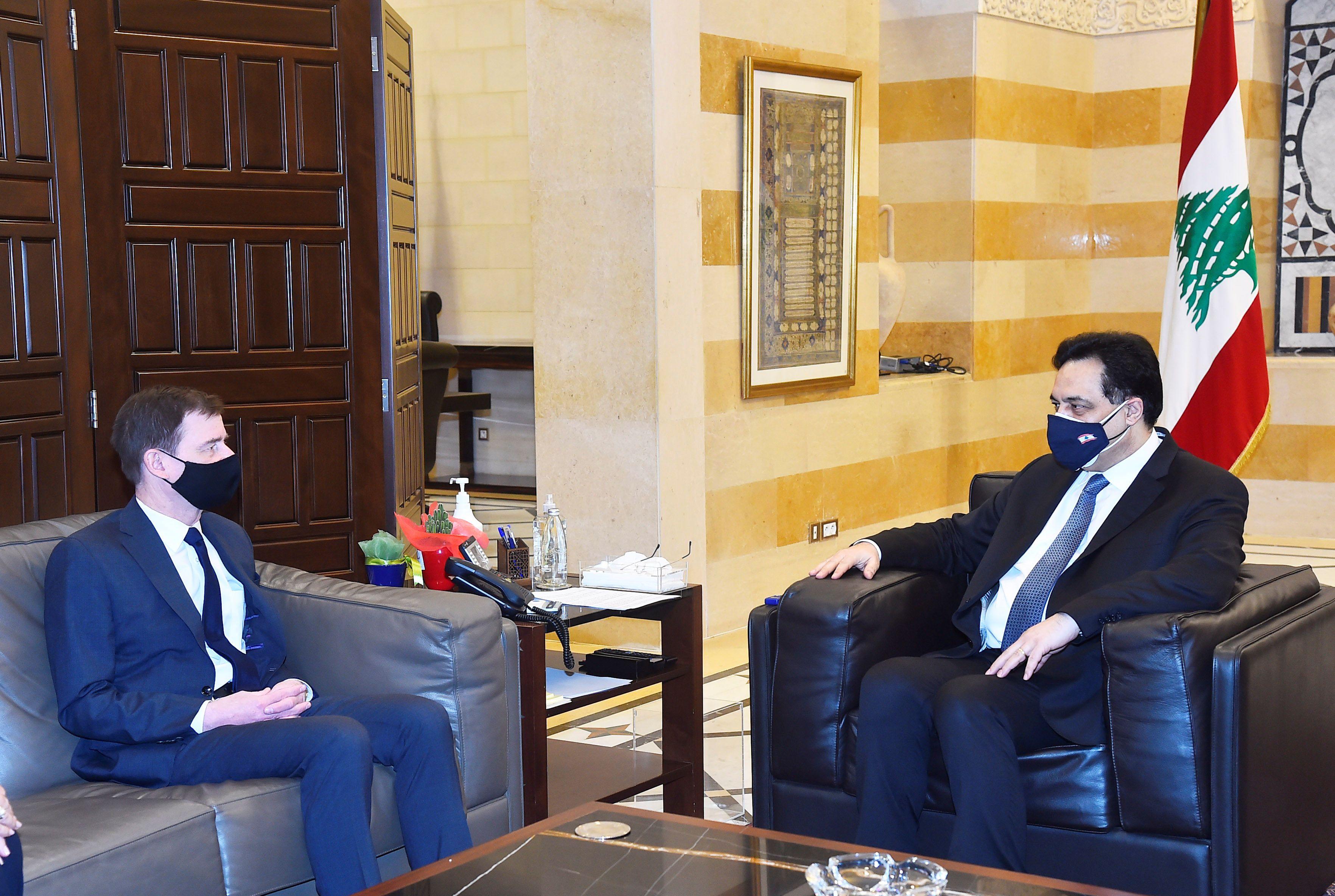 El subsecretario de Estado de Estados Unidos para Asuntos Políticos, David Hale, se reúne con el primer ministro interino del Líbano, Hassan Diab, en el palacio gubernamental en Beirut, Líbano, el 15 de abril de 2021. Dalati Nohra / vía REUTERS