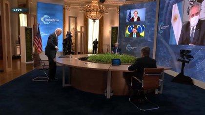 Joe Biden se retira de la cumbre. Alberto Fernández observa desde la quinta de Olivos