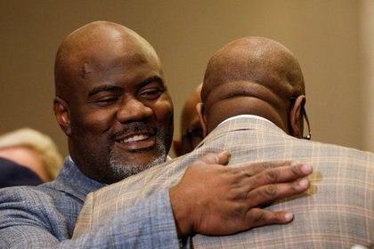 Rodney Floyd abraza a Philonise Floyd durante una conferencia de prensa tras el veredicto en el juicio del ex oficial de policía de Minneapolis Derek Chauvin (REUTERS / Nicholas Pfosi)