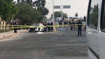 Los cuerpos de los tres hombres quedaron tirados sin vida (Foto: SSC_CDMX)