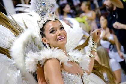 Plumas blancas de la comparsa Ará Yeví (Prensa Carnaval del País – Sebastián Motefinale)
