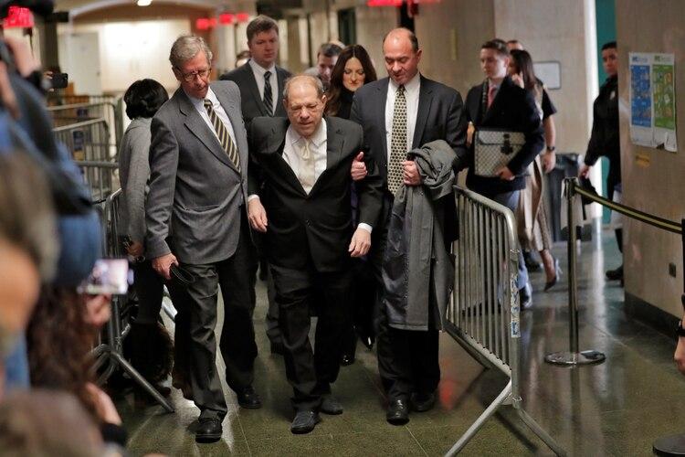 Harvey Weinstein ingresa a la Corte Criminal de Manhattan para escuchar los alegatos de apertura en el juicio en su contra por violación y abuso sexual (Reuters)