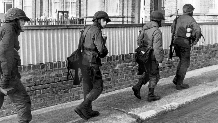 El desenlace se acerca: los soldados avanzan para defender una posición en Puerto Argentino. Foto: Eduardo Farre.