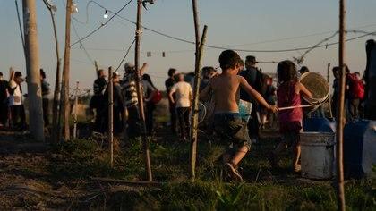 Casi 600 familias ya abandonaron la toma de Guernica. Se encontró una solución transitoria por seis meses (Foto: Franco Fafasuli)