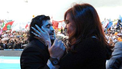 El cierre del video de La Cámpora concluye con un saludo afectuoso entre Diego Maradona y Cristina Kirchner. (NA)