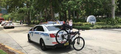 Decenas de vehículos de patrulla de la Policía desfilan este miércoles haciendo sonar sus sirenas y luces por las calles de Miami, Florida. EFE/Ana Mengotti