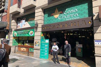 los restaurantes abrieron pese a violar el decreto sanitario y argumentaron que los comerciantes informales sí estaban operando. (Foto: EFE)