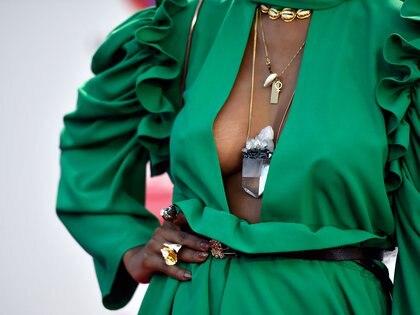 Los accesorios: collares, anillos y cinturón metalizados con piedras