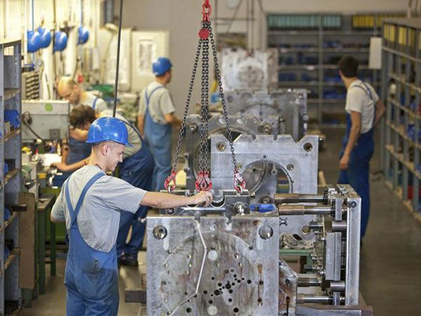 Casi no hay grandes empresas alemanas con sede en la ex RDA y aún se verifican diferencias salariales entre los trabajadores ex occidentales y ex orientales. (EFE)