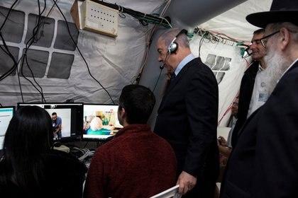 El primer ministro israelí Benjamín Netanyahu durante una visita a la carpa de telemedicina del centro Sheba (Heidi Levine/Pool via REUTERS)